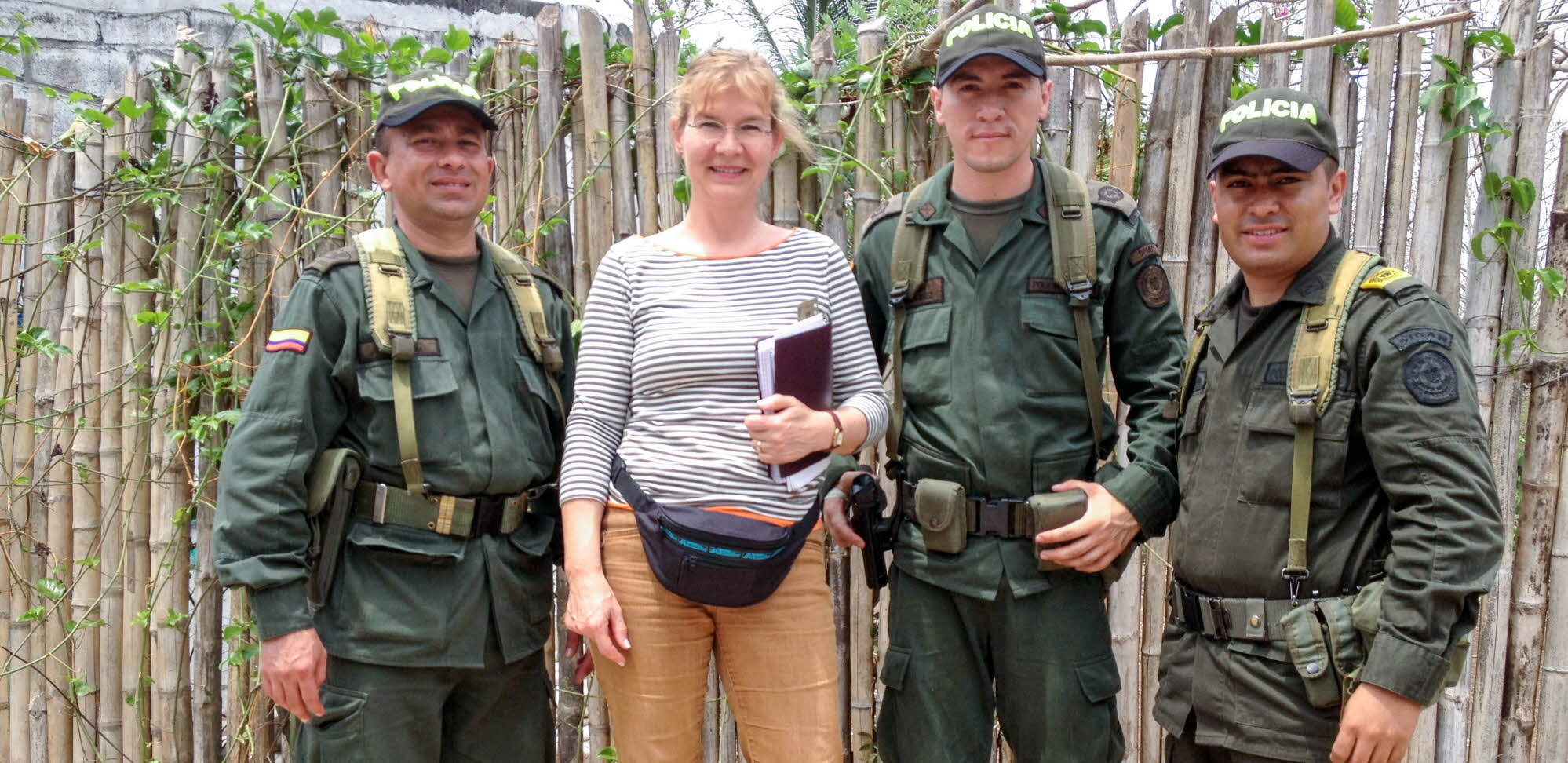 Manuela Nilsson with police officers in Colombia