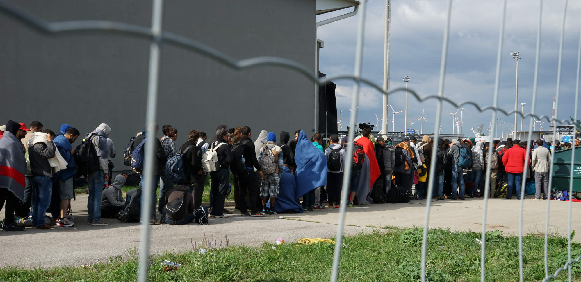 refugees queueing