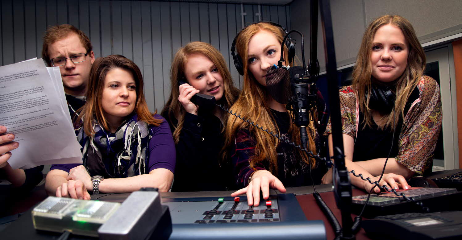 Studenter i radiostudio