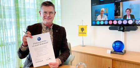 Peter Aronsson with signed democracy declaration