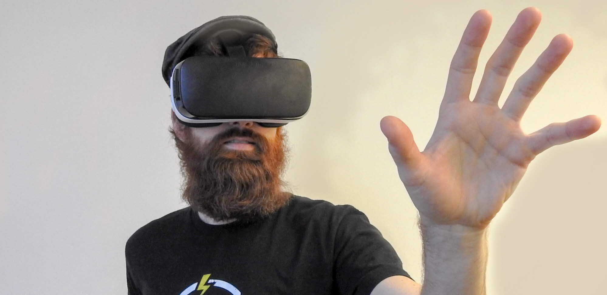 man med VR-glasögon